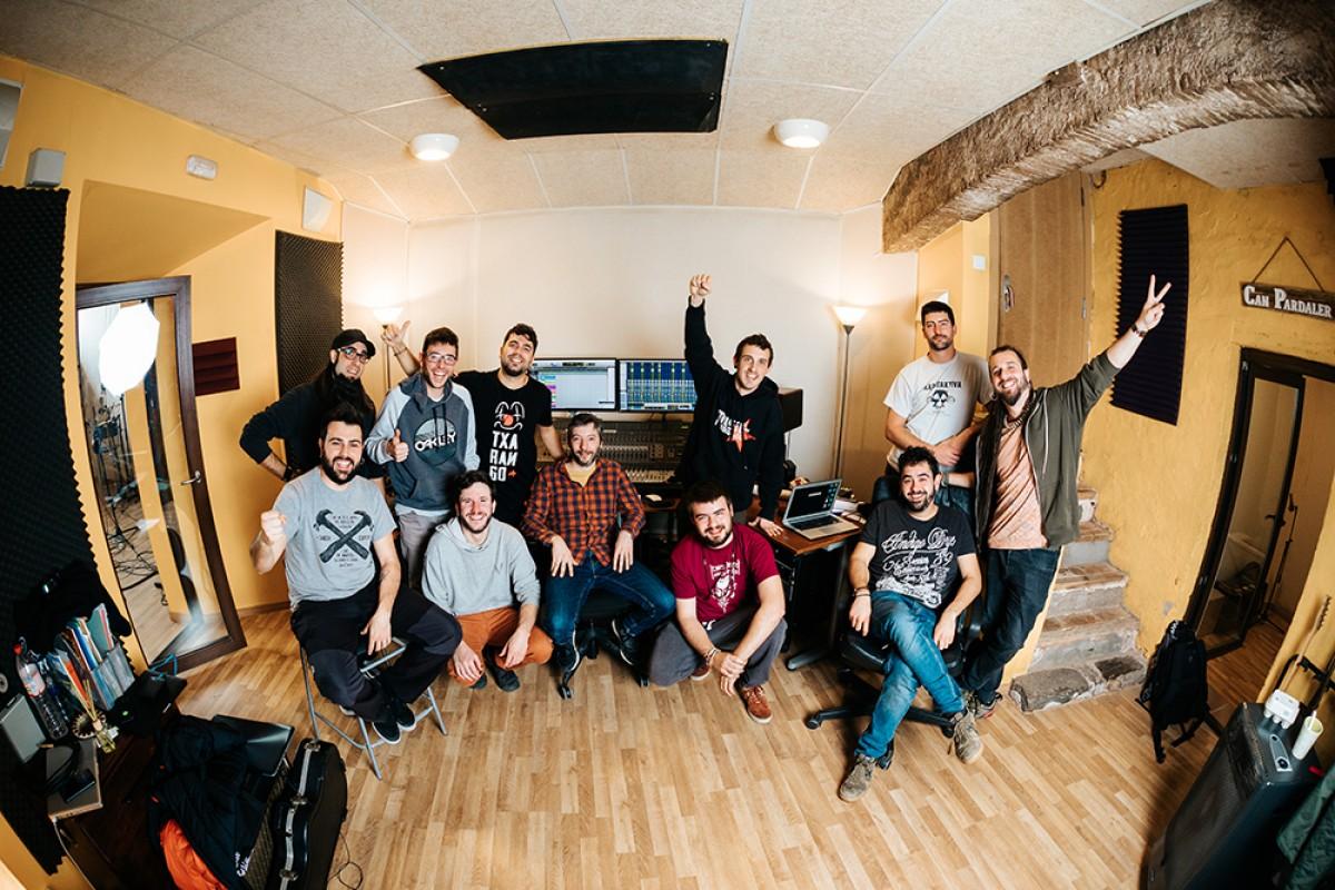 Els deu membres del grup de música i cooperativa Txarango a l'estudi de gravació