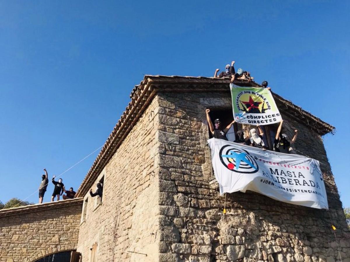 La masia del Puig dels Eixuts, on es faran les jornades, just després de ser «expropiada» a Caixa Bank la setmana passada