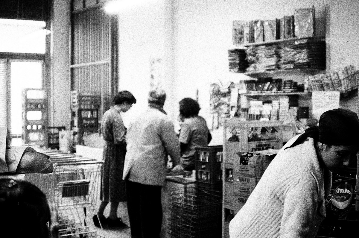 Gent comprant al local de la cooperativa, ubicat al número 22 de la carretera de Torà