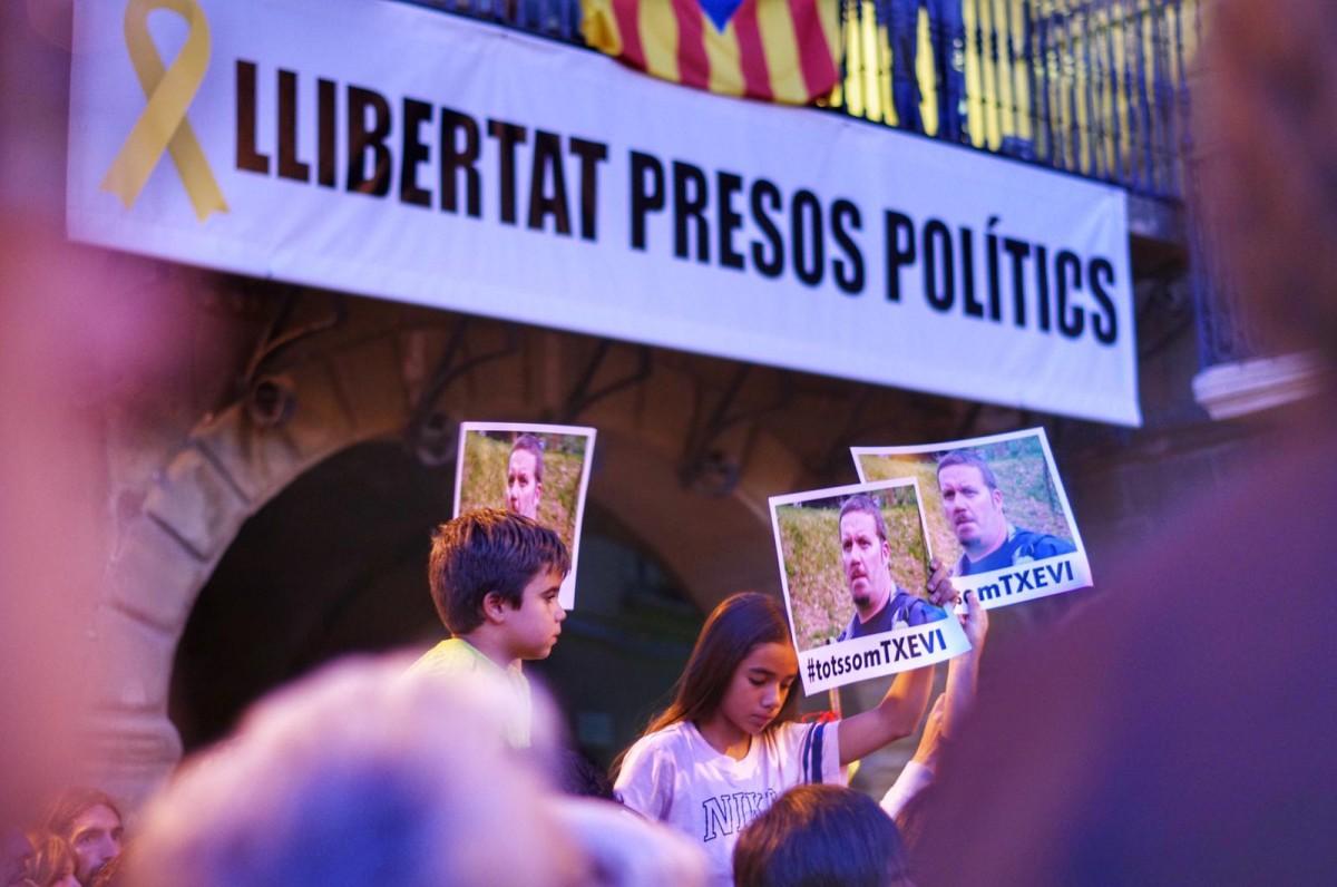 Cartells de solidaritat amb Txevi Buigas a la concentració de Vic