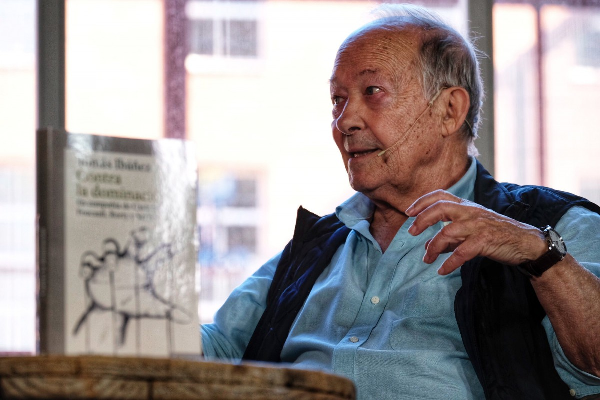 Tomás Ibáñez, durant l'entrevista a la Fira Literal