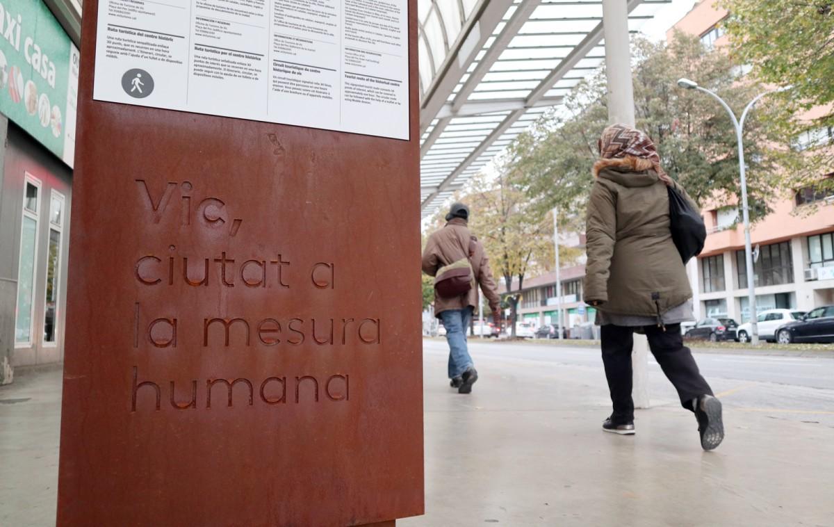 Eslògan de «Vic, ciutat a la mesura humana» a l'estació d'autobusos de Vic