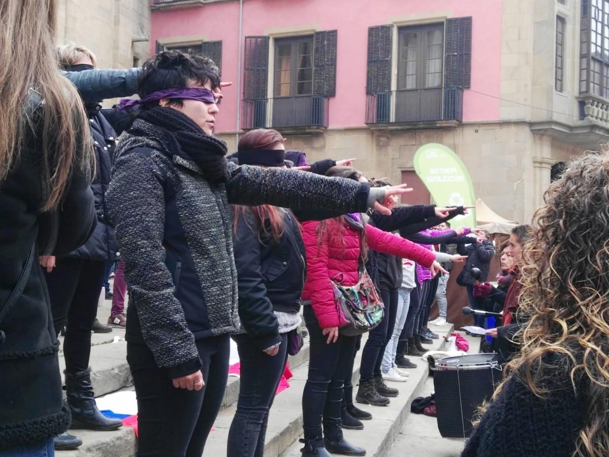 Un moment de la performance 'Un violador en tu camino' aquest diumenge davant la Catedral de Vic