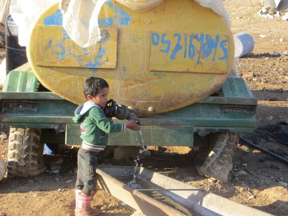 Un dels tancs amb els quals s'han d'abastir d'aigua les poblacions palestines de la vall del Jordà