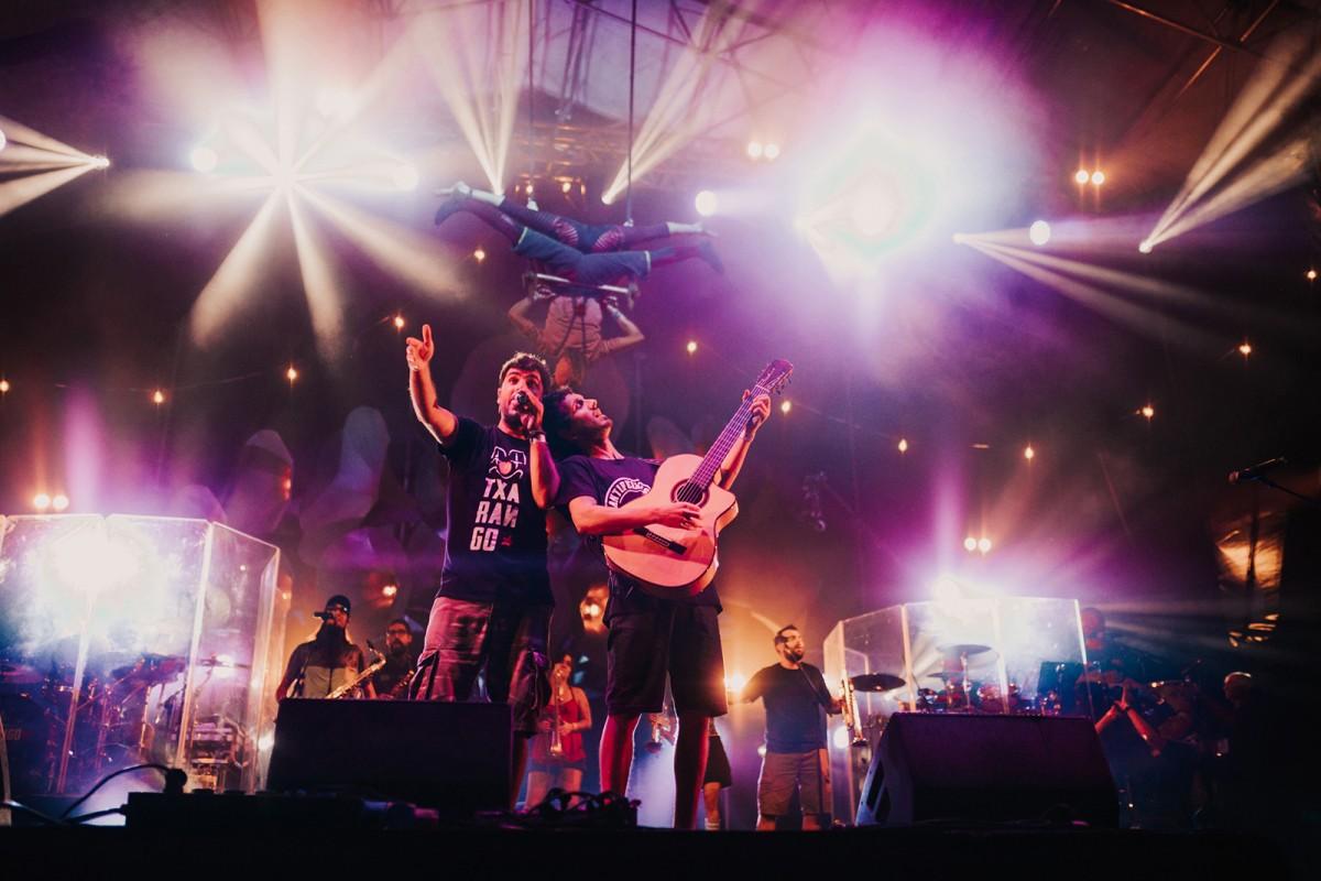La gira de Txarango combinarà música i arts escèniques