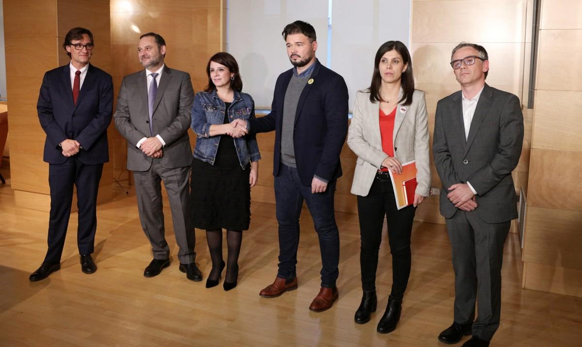 Imatge de bona sintonia entre les delegacions del PSOE i ERC durant una de les trobades que han fet per negociar la investidura de Pedro Sánchez