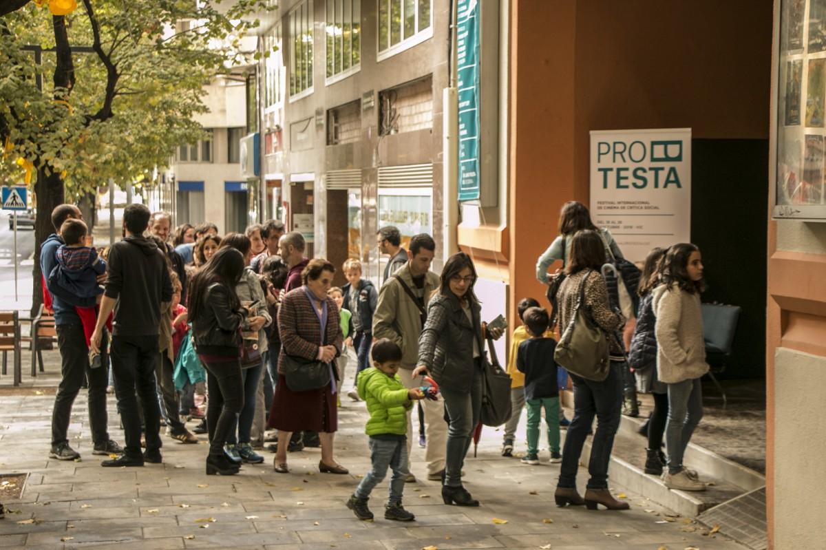Públic accedint a una de les sessions del Protesta 2019 al cinema Vigatà