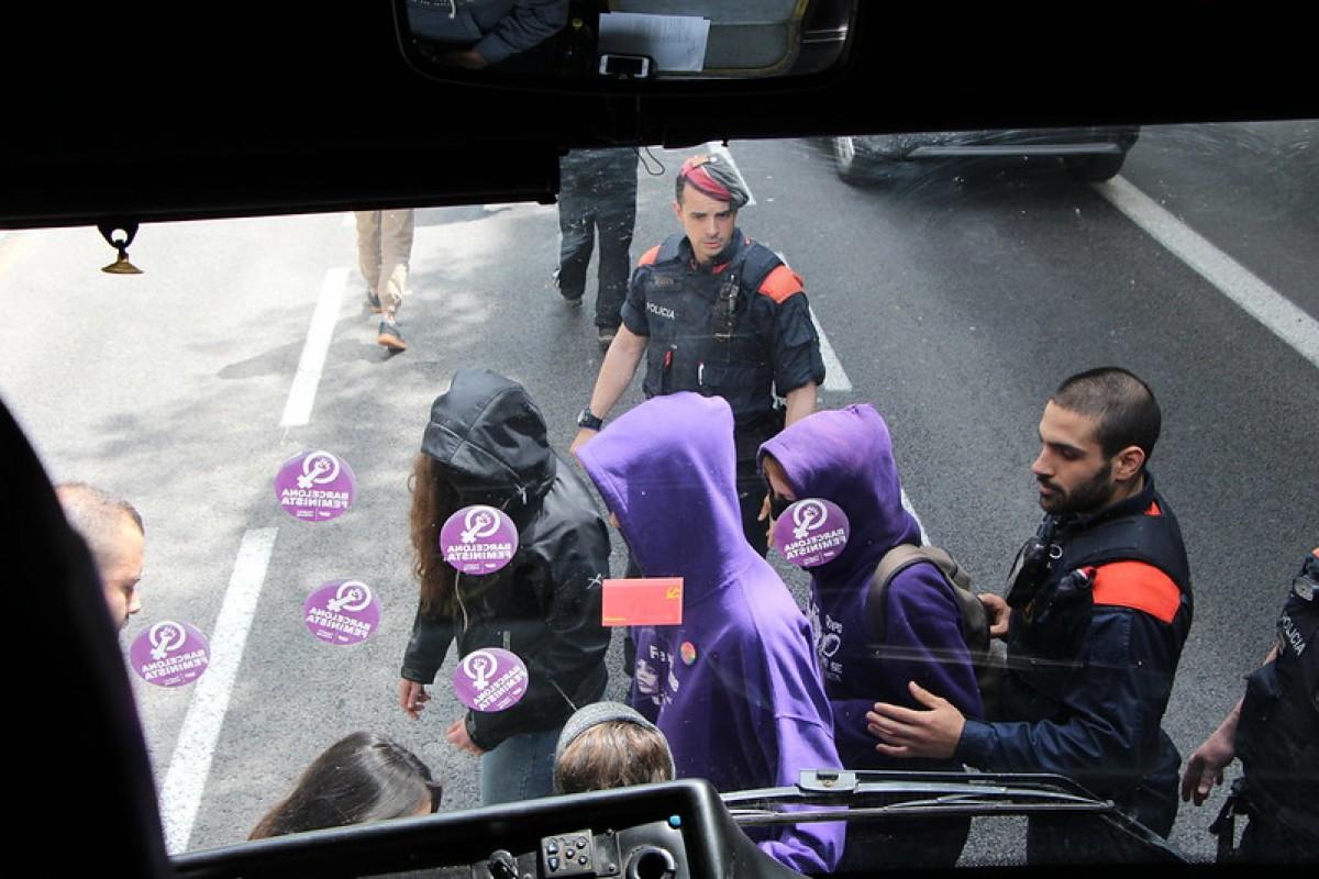 Agents dels Mossos d'Esquadra amb algunes activistes del moviment feminista