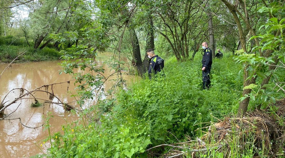 Agents de la Guàrdia Urbana de Vic durant la recerca dels treballadors desapareguts a la riba del riu Gurri