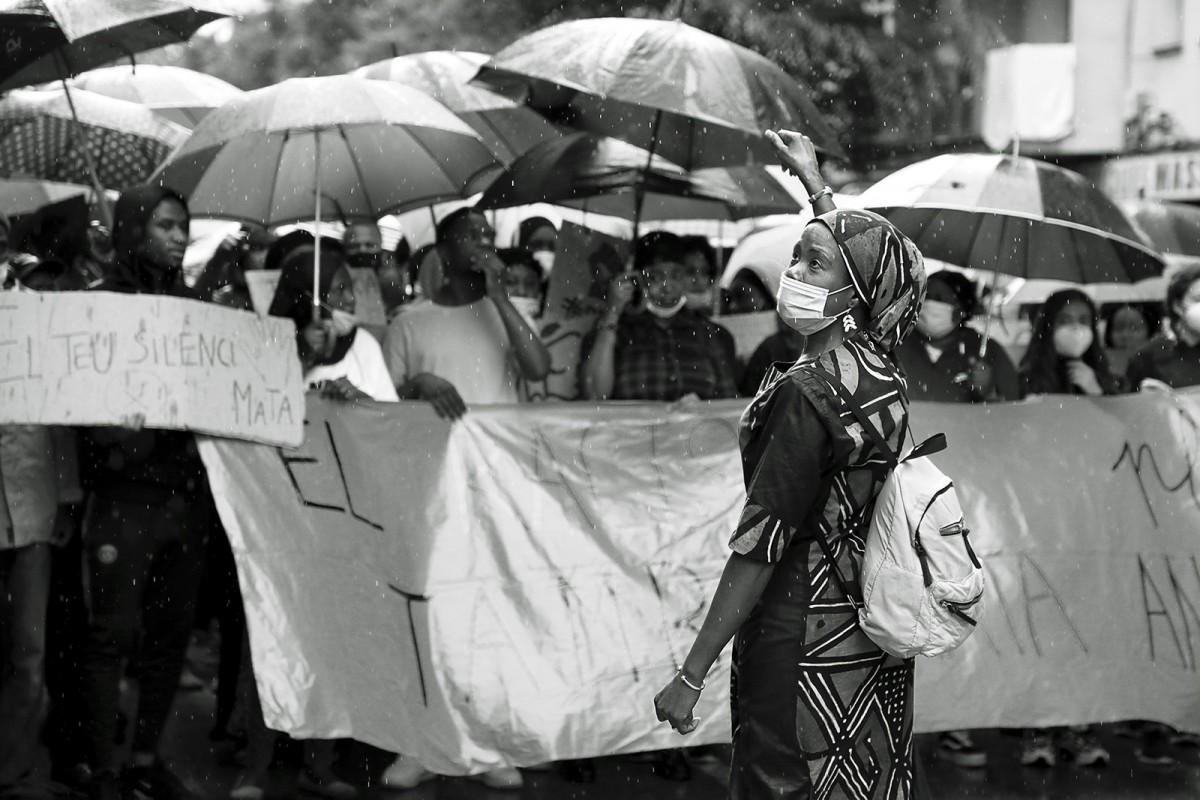 A Salt, una població amb veïns i veïnes de fins a més de 70 orígens diferents, la manifestació va aplegar centenars de persones sota la pluja