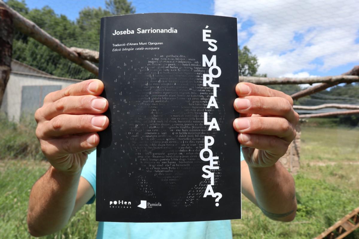 'És morta, la poesia?' aplega versos sobre presó, fuga i exili provinents de tots els poemaris de l'autor.