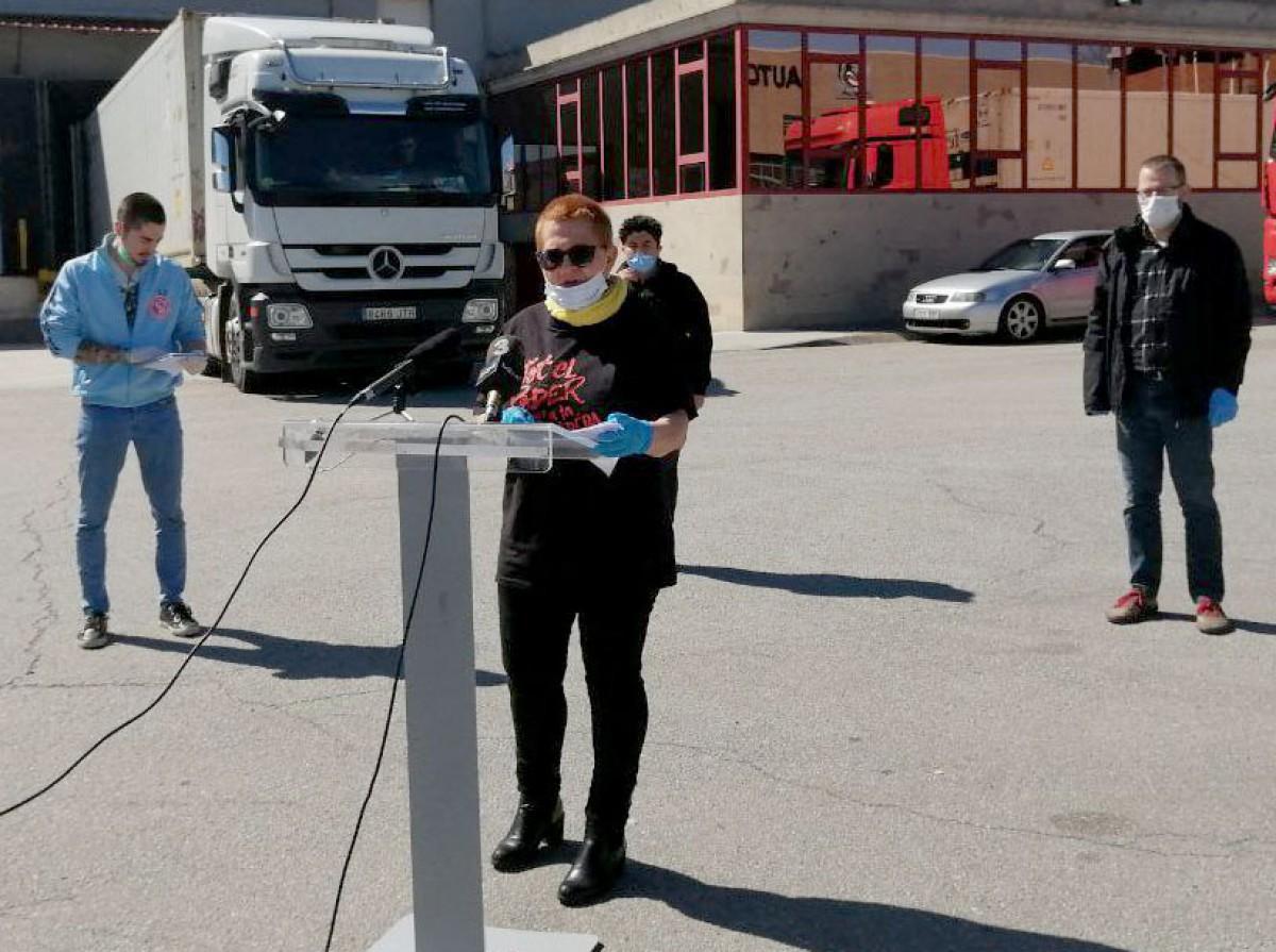 Montse Castañé, en una roda de premsa davant l'empresa Costa Food de Gurb, denunciant la falta de mesures de seguretat davant la Covid-19
