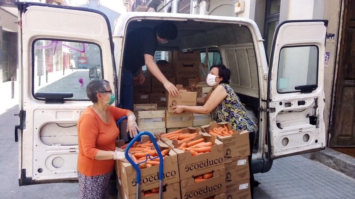 Repartiment d'aliments de la campanya #TotesATaula impulsada des de la cooperativa Opcions