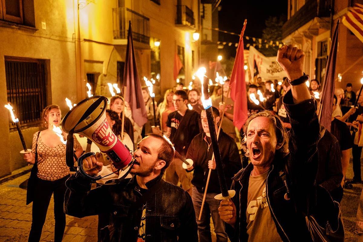 Ramon Ripoll, a la dreta, a la marxa de torxes de l'esquerra independentista a Manlleu