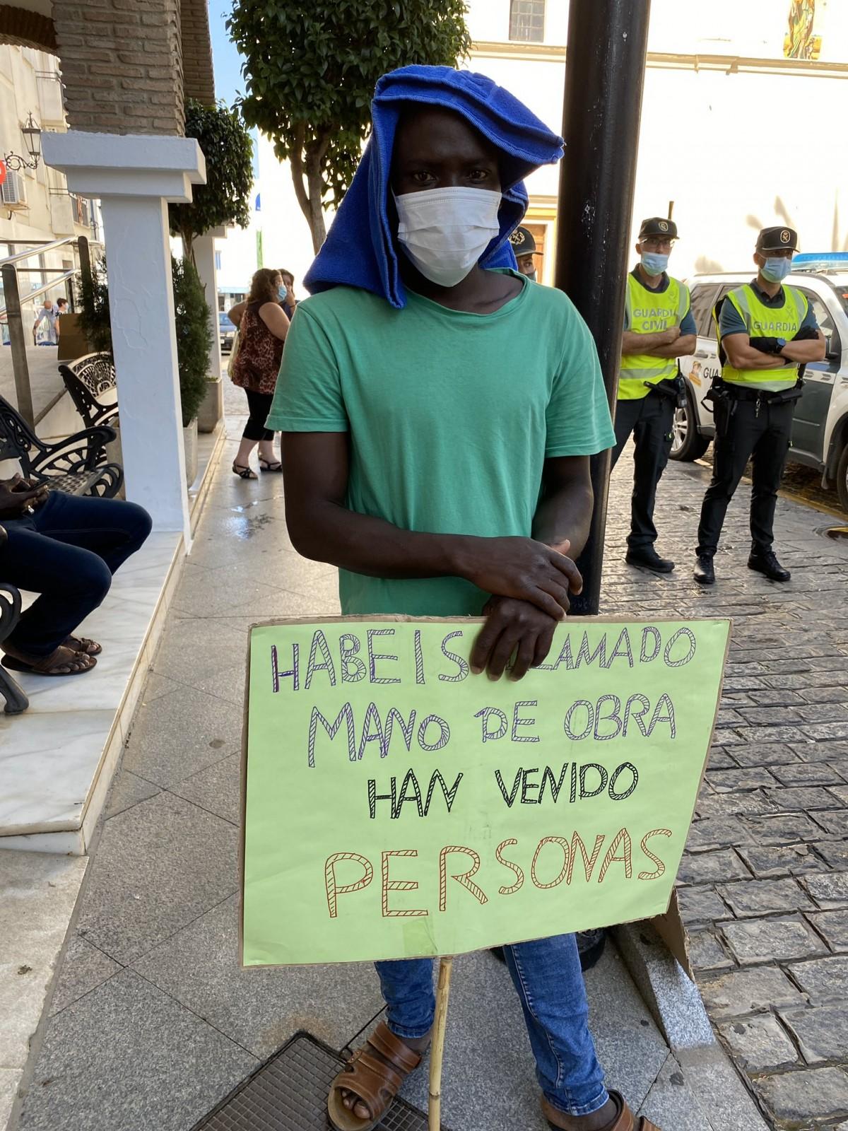 Un treballador protesta en una concentració davant l'Ajuntament de Lepe, divendres passat
