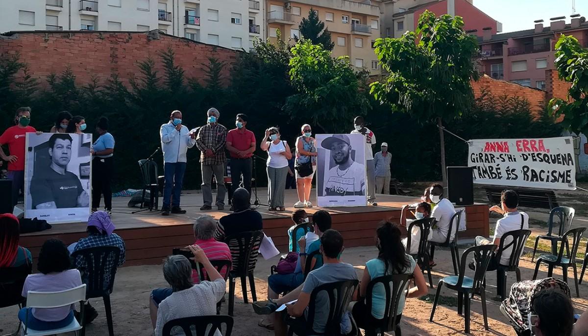 Dues fotos de  l'Obidiaba i en Sarbjit van presidir l'homenatge que els van fer a la plaça de la Noguera