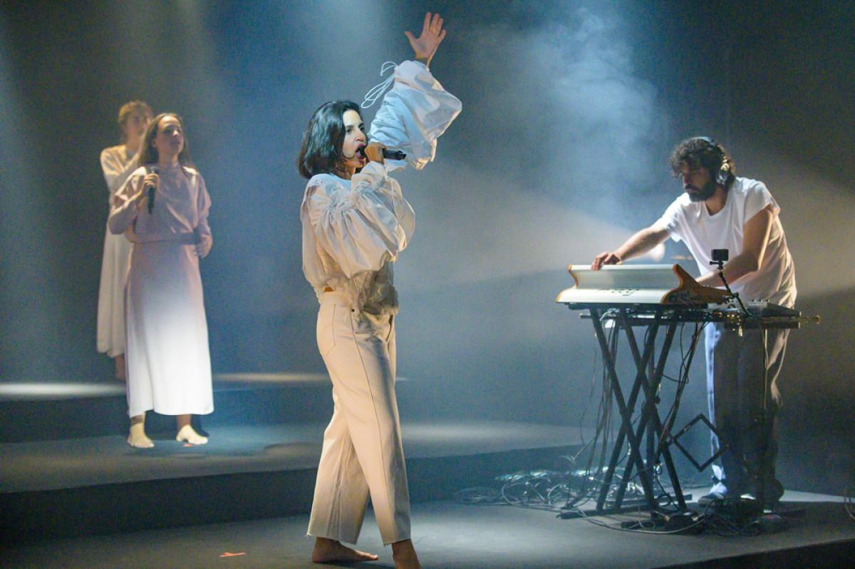 Maria Arnal i Marcel Bagés van estar acompanyats per David Soler a la guitarra i per les Tarta Relena durant l'actuació al Mercat de Música Viva de Vic.