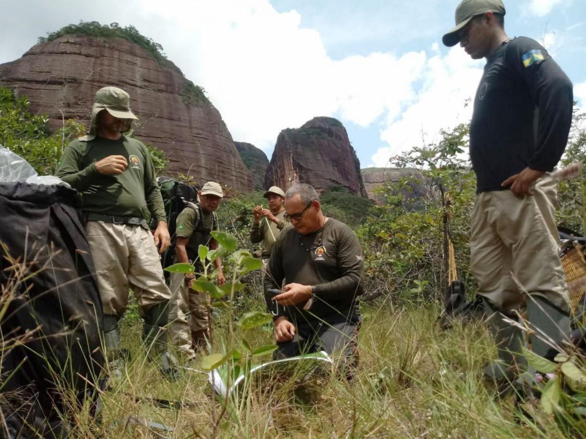 Rieli Franciscato,  al mig ,en una expedició a l'interior de la Terra Indígena Uru Eu Au Au