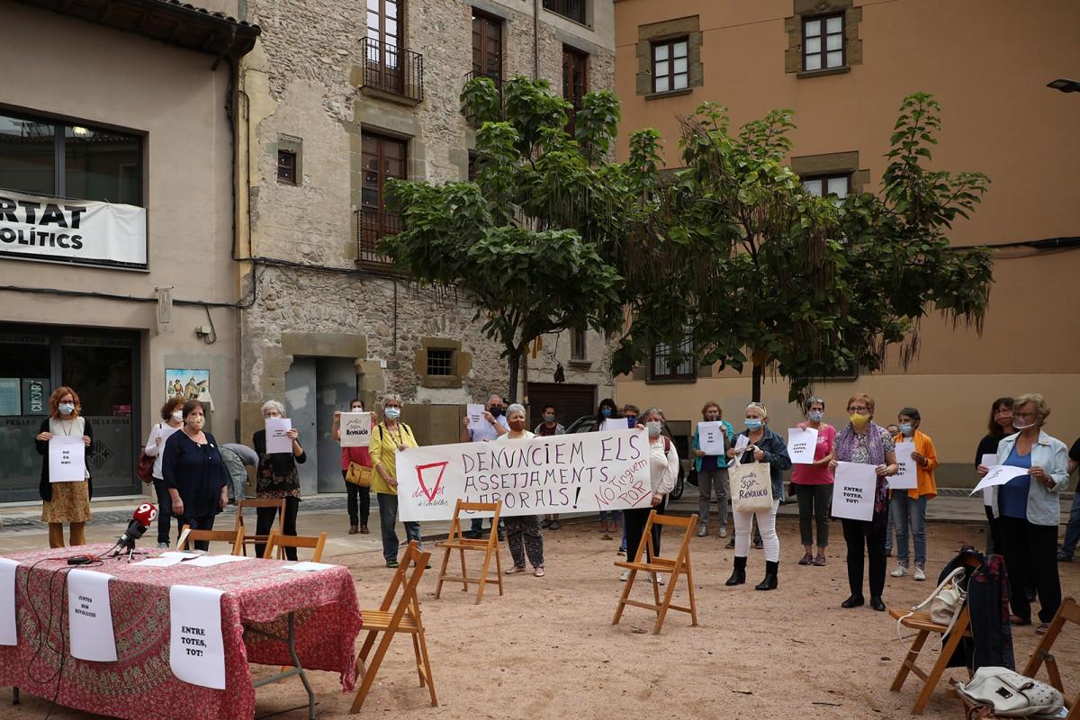 Un grup de dones denunciant els casos d'assetjament a l'escorxador Esfosa de Vic