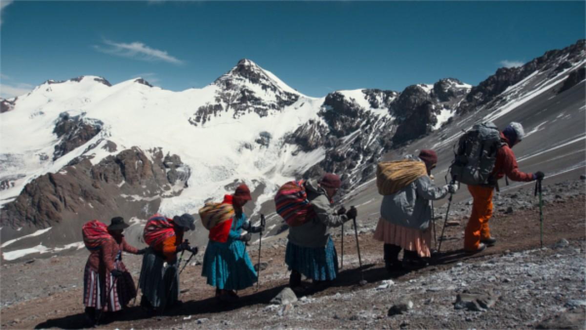 Fotograma del documental 'Cholitas', on cinc dones indígenes bolivianes protagonitzen una expedició única