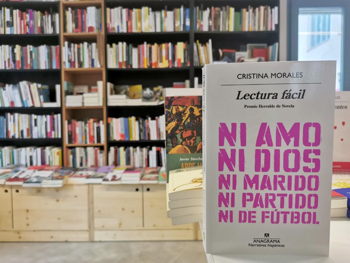 El llibre de Cristina Morales, 'Lectura fácil' a la llibreria cooperativa La ciutat invisible, a Sants, Barcelona