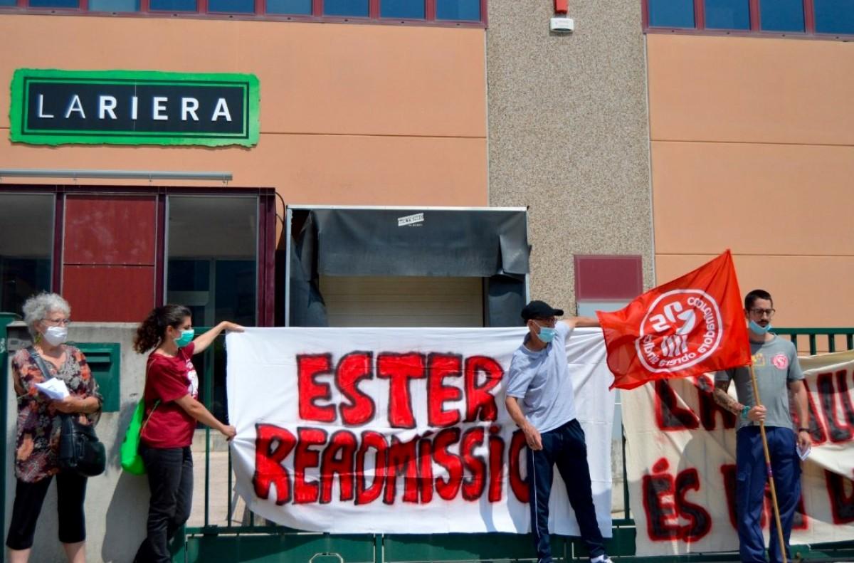 Concentració per demanar la readmissió d'Ester Codina davant Embotits La Riera de Centelles