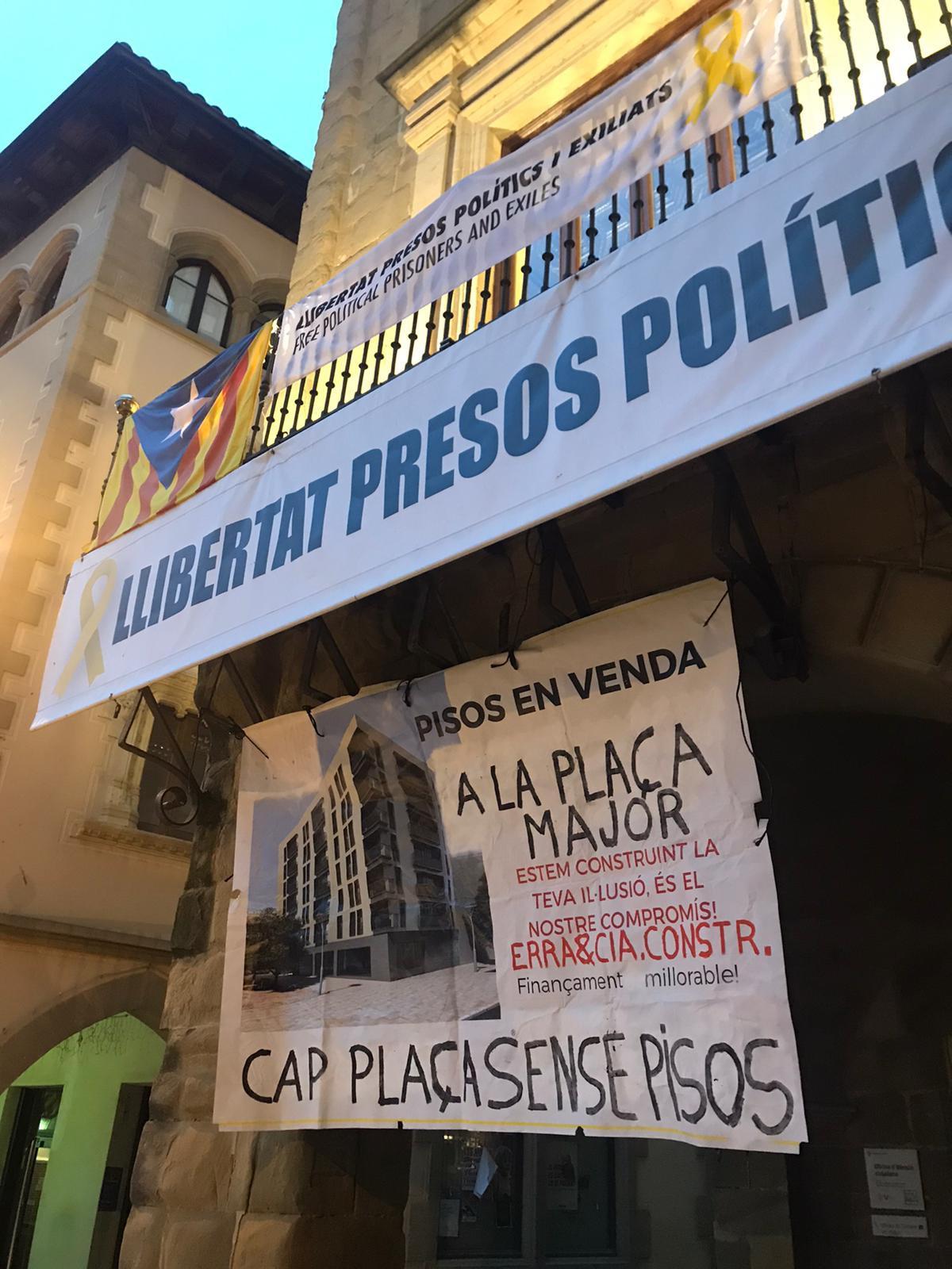 Pancarta que ha aparegut aquest matí a la porta de l'Ajuntament de Vic