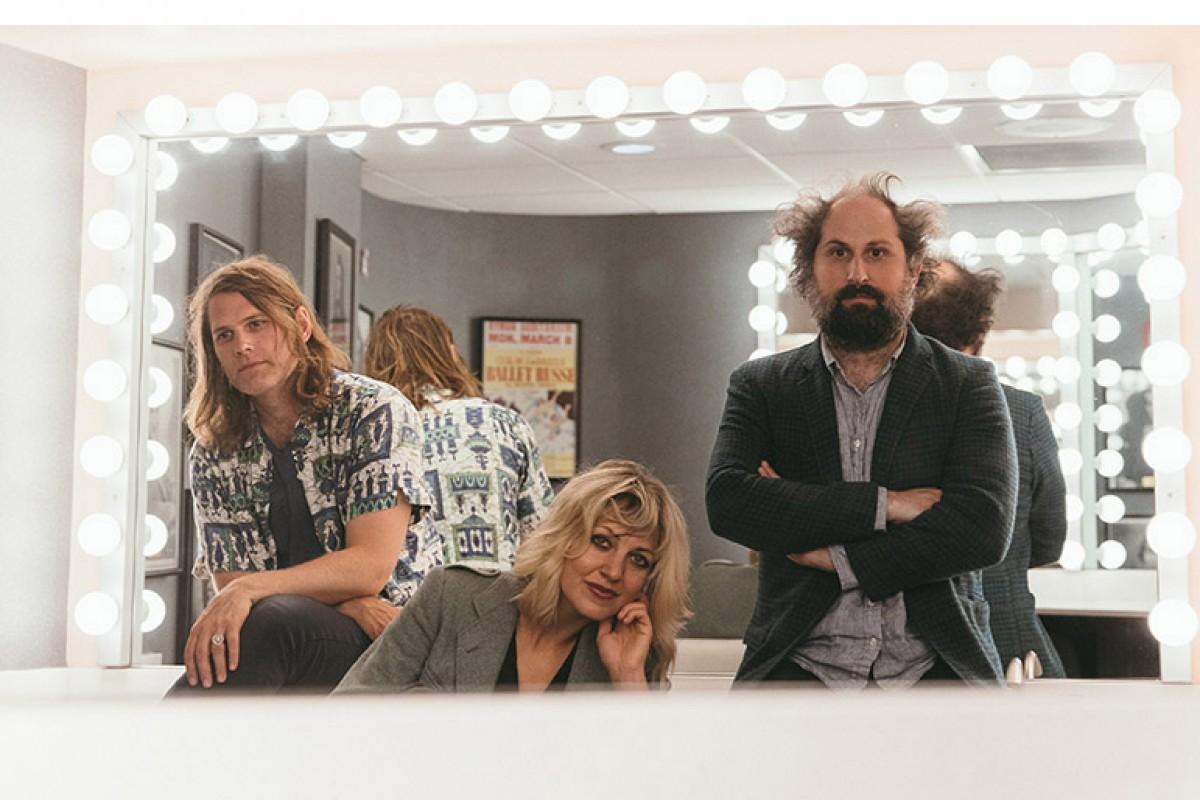 Anaïs Mitchell, entre Josh Kaufman i Eric D. Johnson, els altres dos membres de Bonny Light Horseman