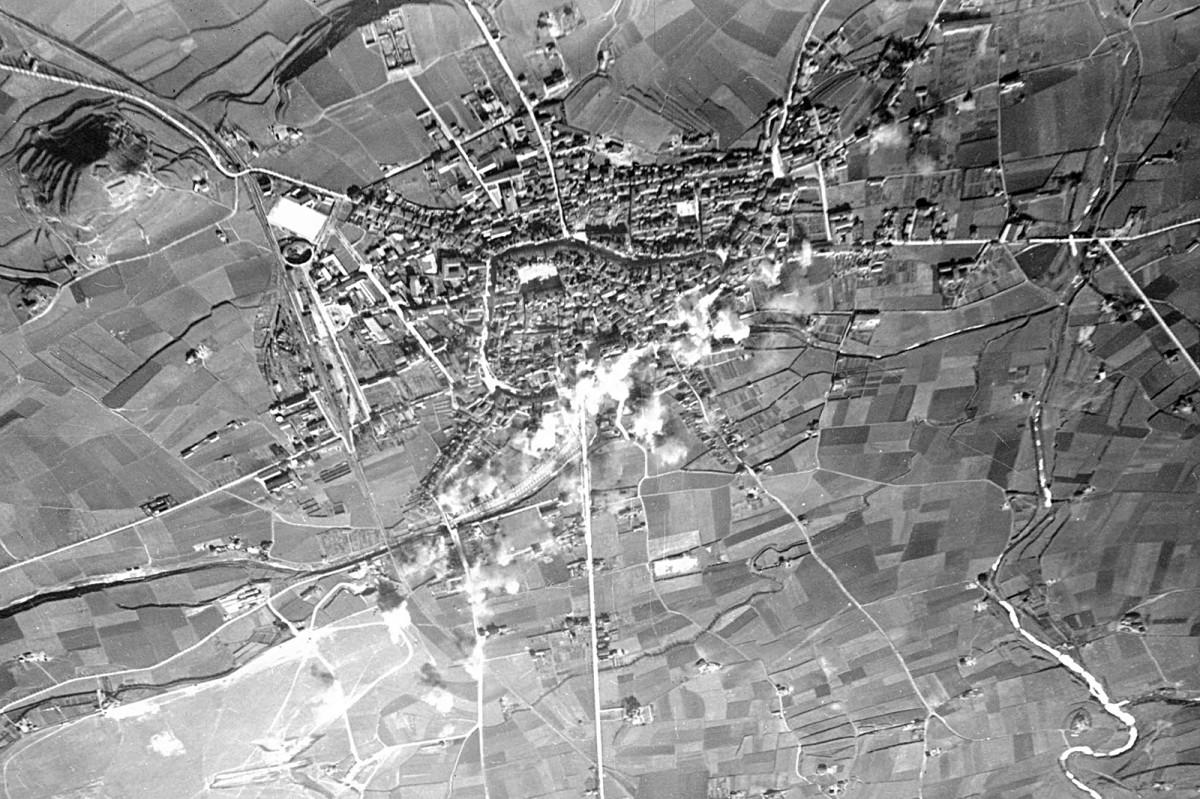 Imatge aèria de la ciutat de Vic moments després del bombardeig del 25 de gener de 1939, amb el fum blanc que puja després de l'esclat de 40 bombes sobre la ciutat