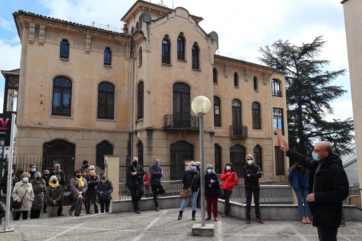 L'historiador Josep Casanovas explicant un dels bombardejos de l'aviació franquista sobre Vic al davant de la Casa Serratosa, on encara es poden veure en la façana els efectes de la metralla
