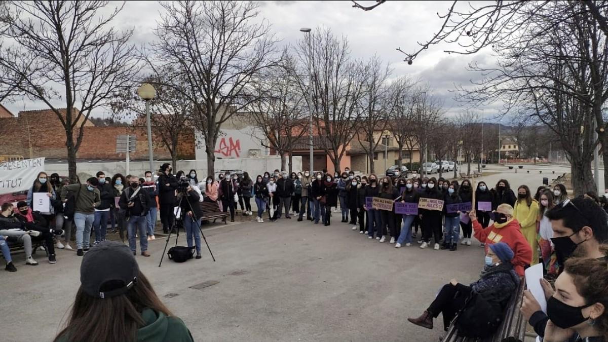 Concentració a l'institut del Voltreganès després que hagi transcendit el cas del professor que recopilava fotos d'ex-alumnes, mares i professores