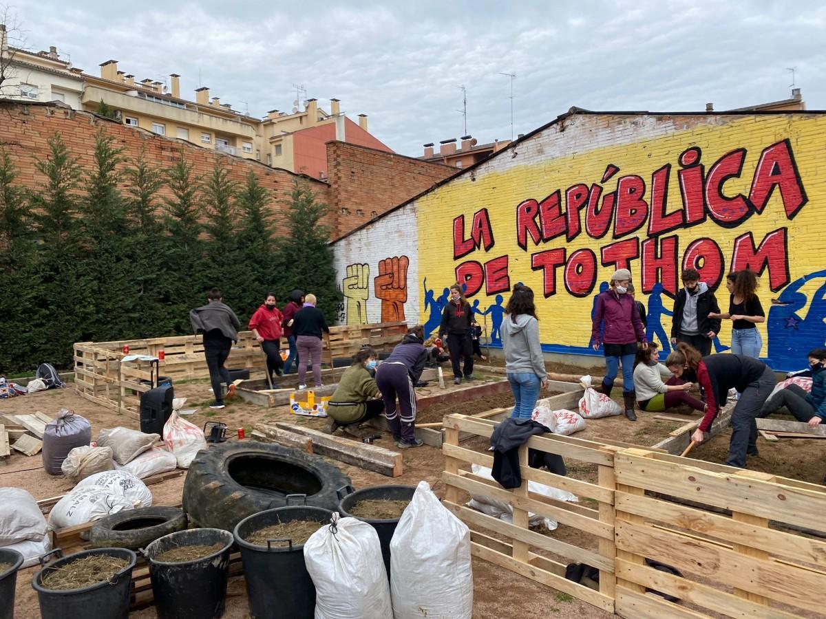 El moviment feminista i les veïnes del barri del Remei de Vic van construir un hort amb quatre bancals i diversos espais per cultivar la vigília del 8 de març
