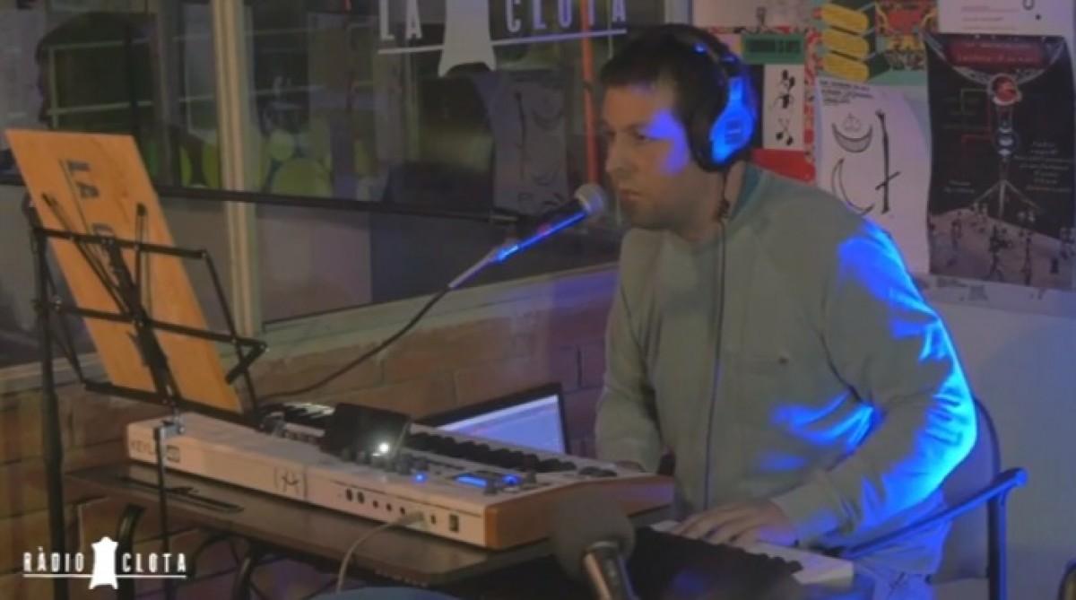 Adrià Ballús tocant a l'estudi de Ràdio Clota