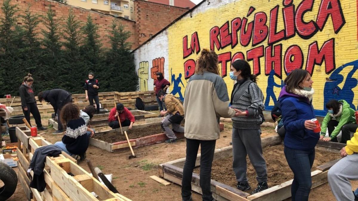 Grups de dones treballant en l'hort de la plaça de la Noguera que l'Ajuntament de Vic va desmuntar la mateixa nit el 7 de març passat