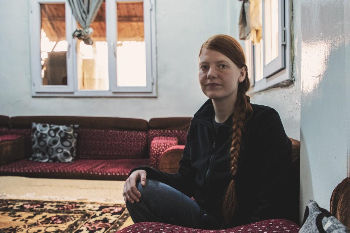 Nascuda a França fa 32 anys, Sarah Marcha és una de les membres de l'Institut Andrea Wolf a Rojava