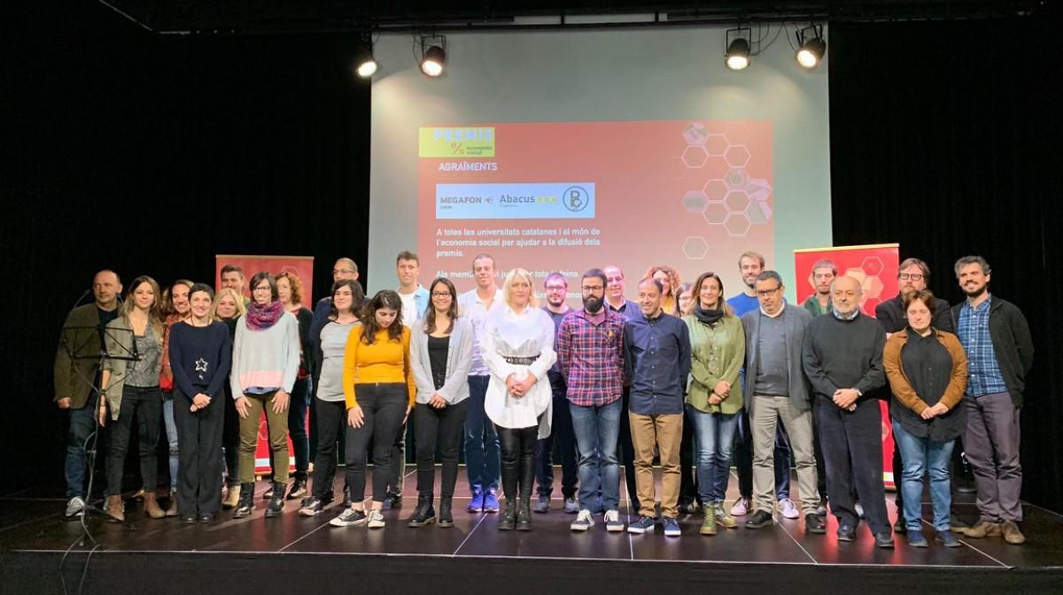 Foto de família de guanyadors i organització dels Premis Economia Social 2019