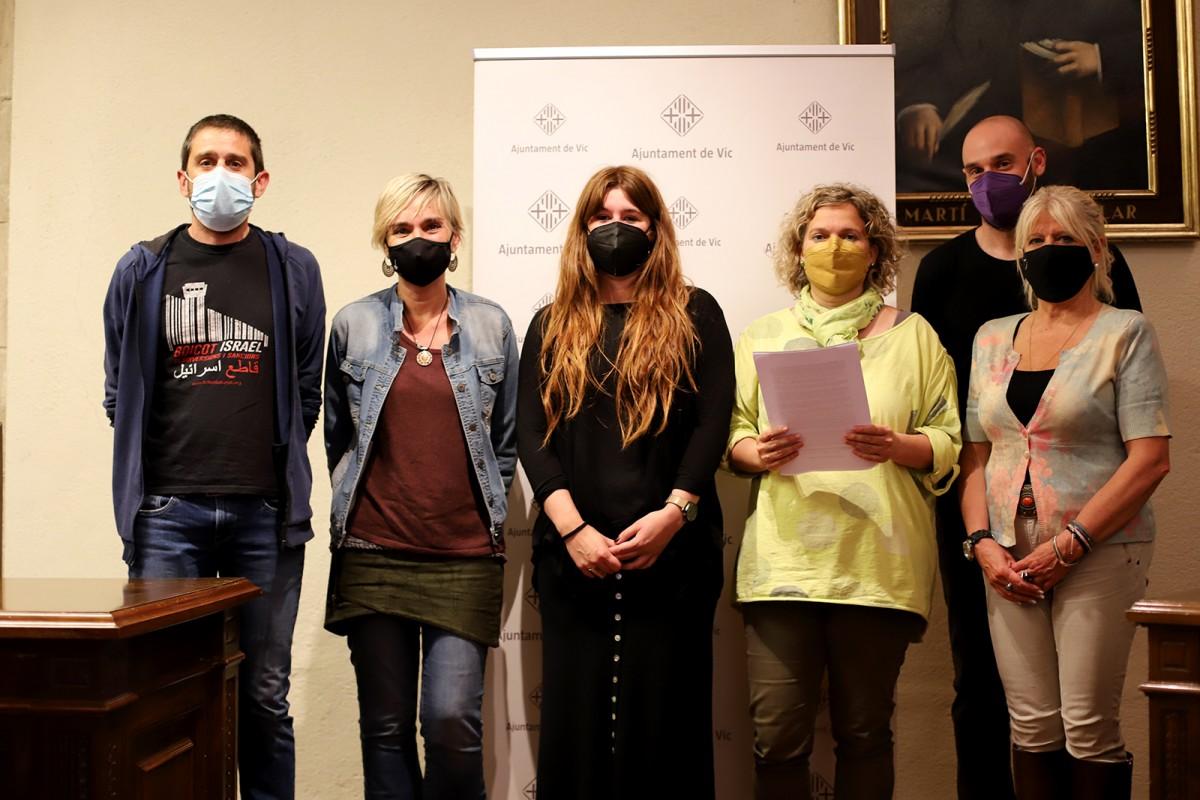 Els regidors Pere Freixa, Susanna Vives i Carla Dinarès (Capgirem Vic), Maria Balasch i Roger Mas (ERC) i Carme Tena (PSC), aquest dimecres a la presentació del recurs a l'Ajuntament de Vic