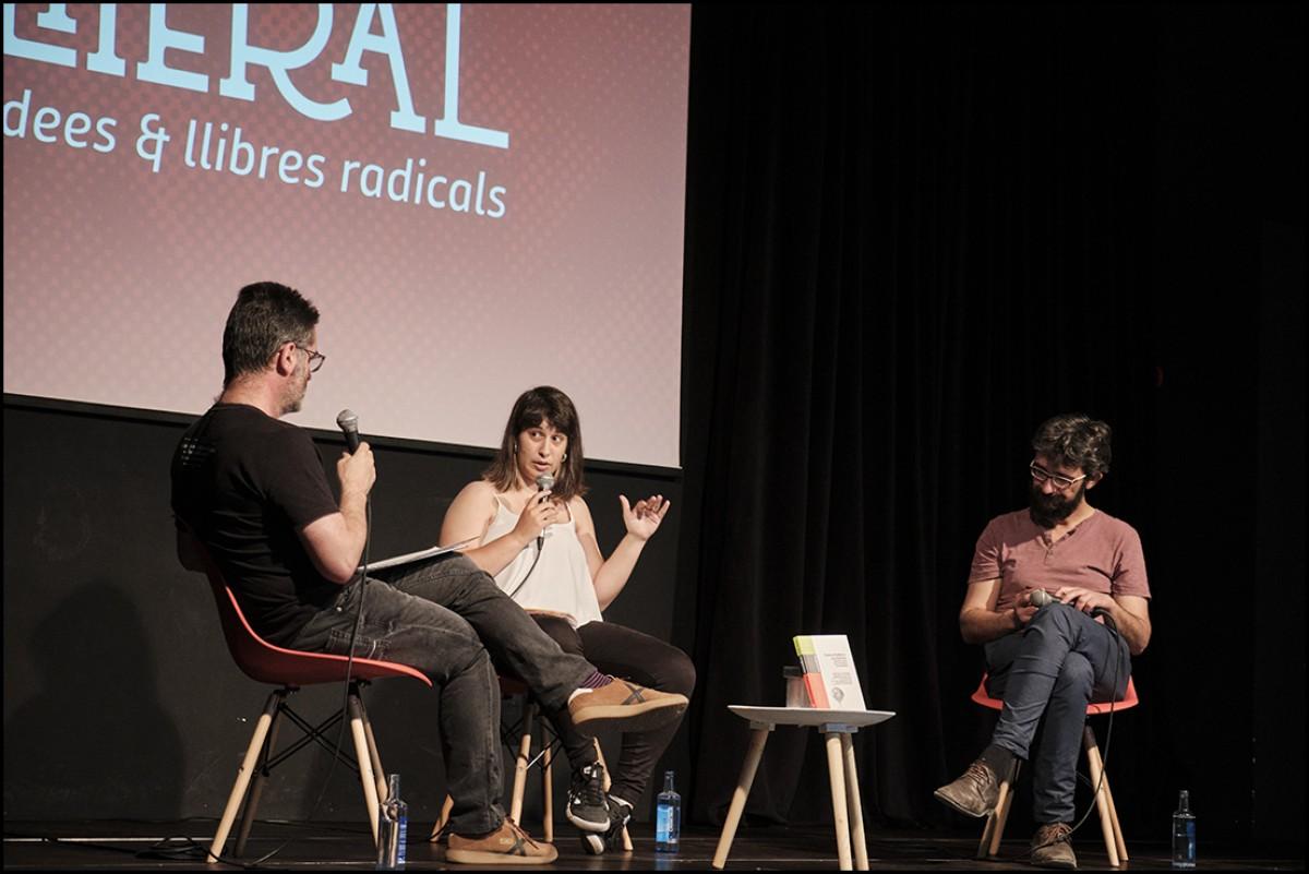 Joana Bregolat, amb Juanjo Álvarez, durant l'entrevista a la Fira Literal