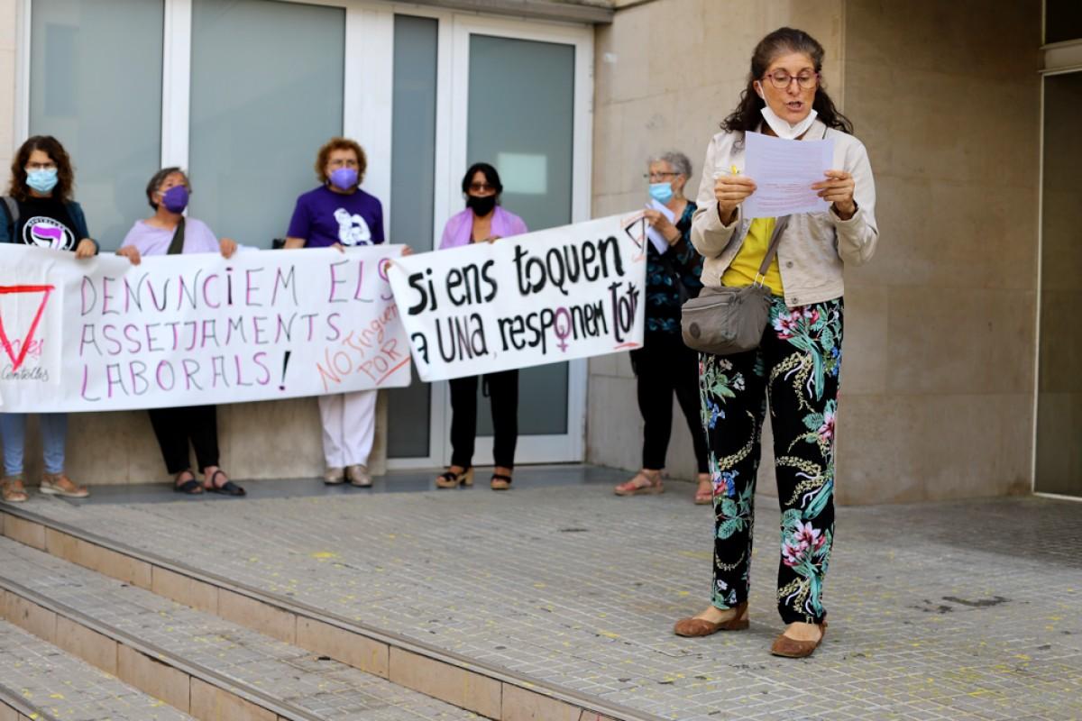 Lectura del manifest de la plataforma Juntes som revolució, dijous passat, mentre una de les treballadores denunciants dels assetjaments a l'escorxador Esfosa declarava als jutjats de Vic