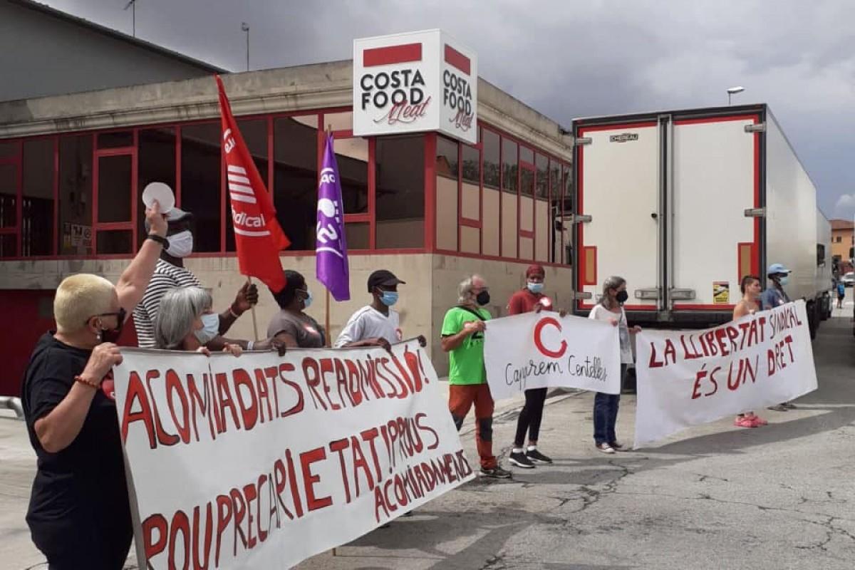 Concentració de protesta pels acomiadaments davant la seu de Costa Food