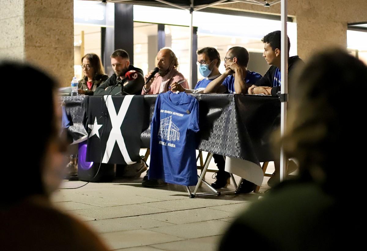 Un moment de l'acte, amb les dues persones encausades i representants del grup de suport Codi 33 i del grup de suport a Pablo Hasel