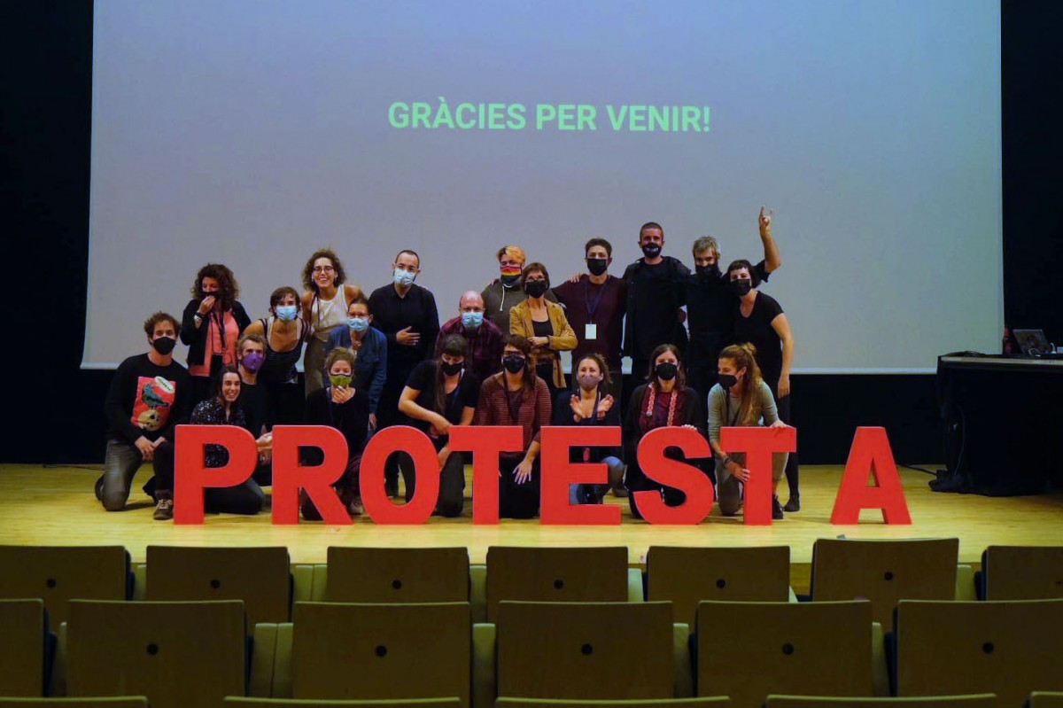 Foto de família de guanyadors, jurat i organització a la festa final del Protesta